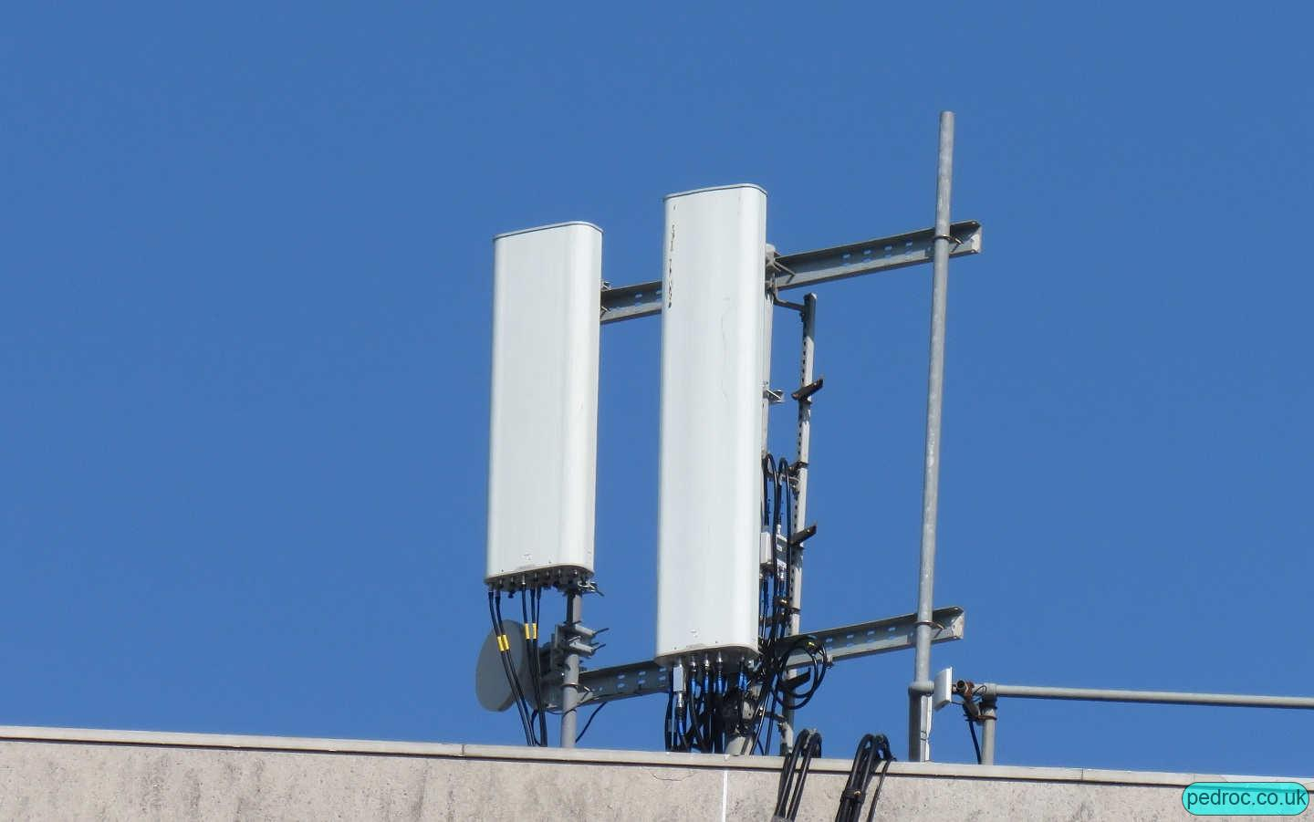 O2 Host antennas: Usual array of Huawei AQU and ATD as seen on Beacon 2 sites.