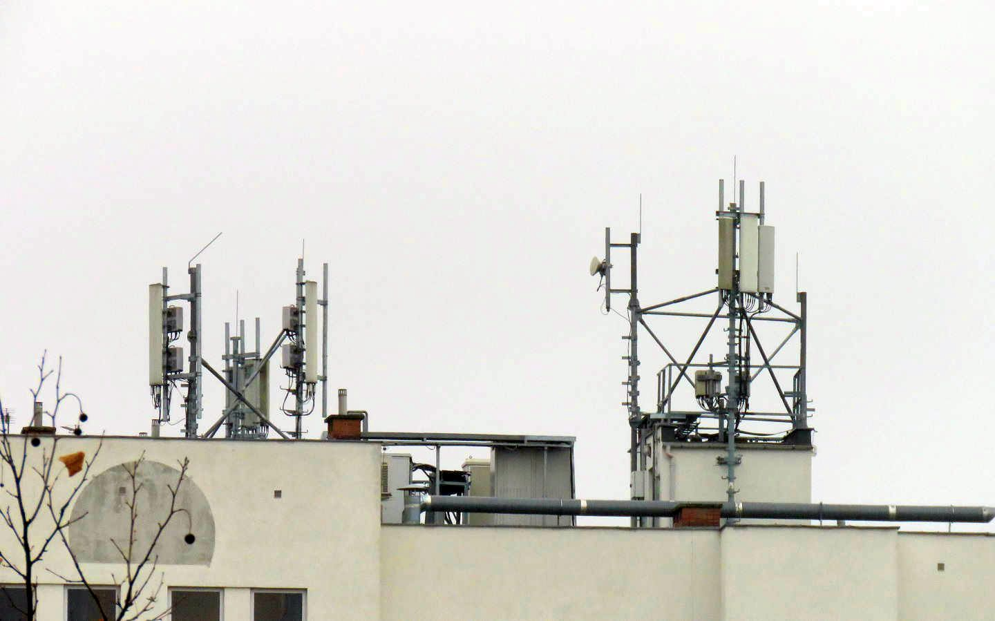 Multi-Operator Rooftop site with T-Mobile, Orange and Plus.