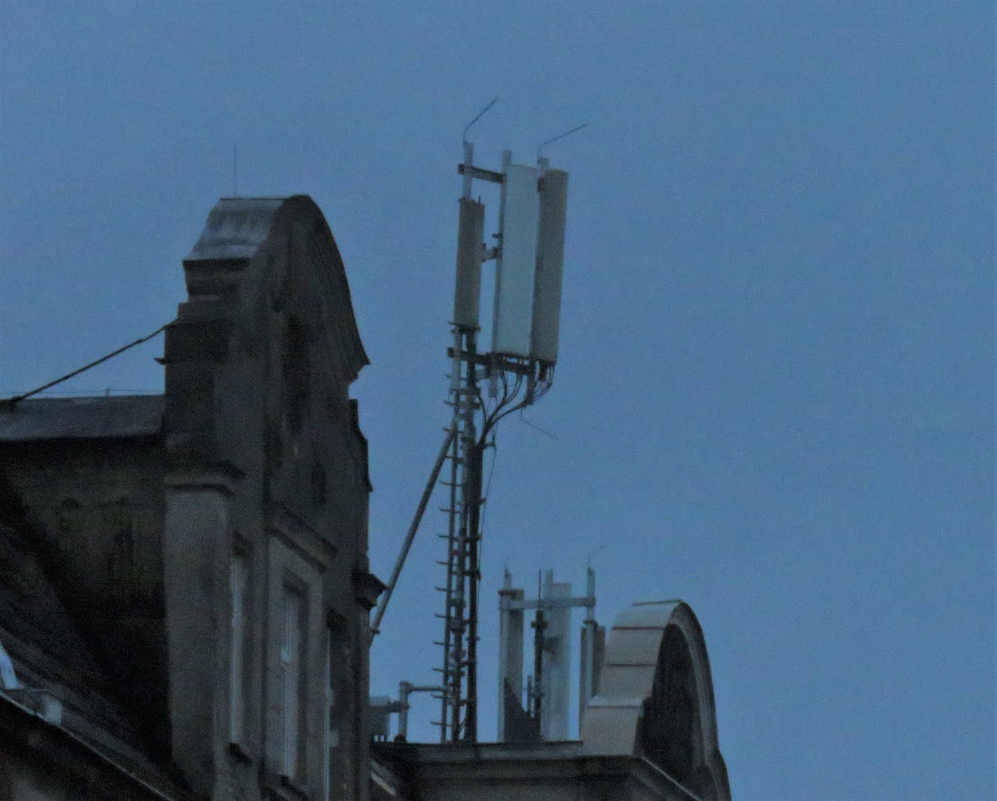 Orange and T-Mobile site with Huawei RRUs and various antennas.