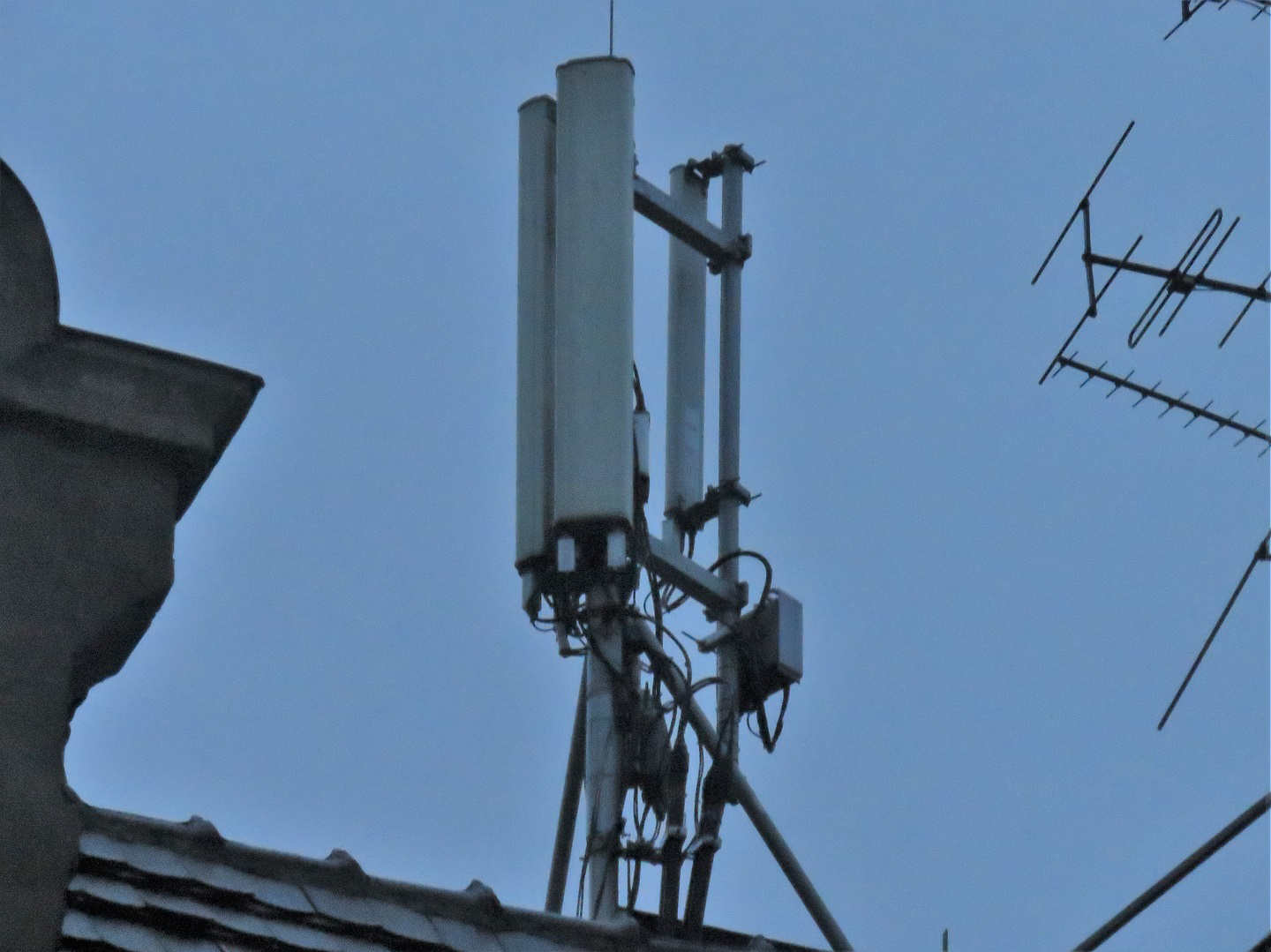 Plus triple 4G carrier site with various Ericsson RRUs, Kathrein dual and single band antennas.