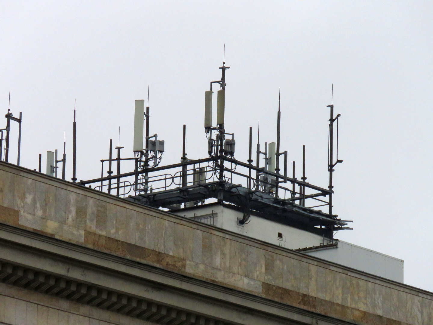 Orange and T-Mobile 4CA site with Huawei, Powerwave, Kathrein antennas and Huawei RRUs.
